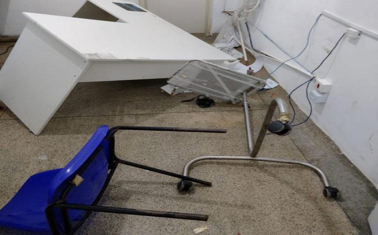Homem 'surta' e destrói equipamentos em hospital de Simões Filho