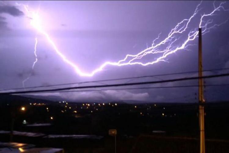 Chuva forte, raios e trovões assustam moradores de Brumado na noite deste sábado (16)