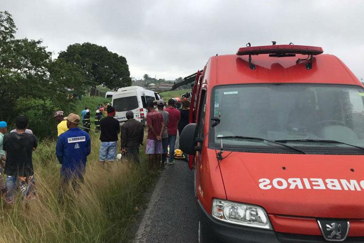 Batida frontal entre carreta e van deixa 8 mortos em estrada baiana