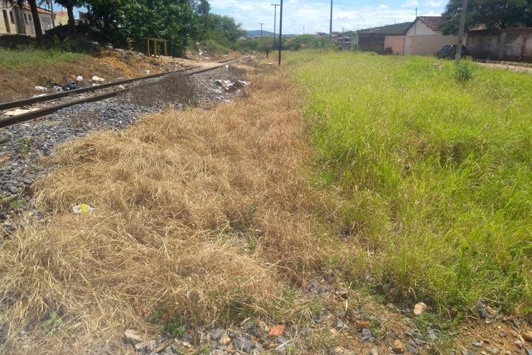 Brumado: Moradores cobram da FCA limpeza de matagal às margens da linha férrea na Virgílio Ataíde