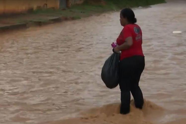 Chuva deixa ruas alagadas e moradores usam bote no sudoeste baiano