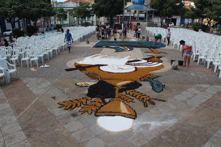 Brumado: Católicos celebram Corpus Christi com confecção de tapetes em frente à Igreja Matriz
