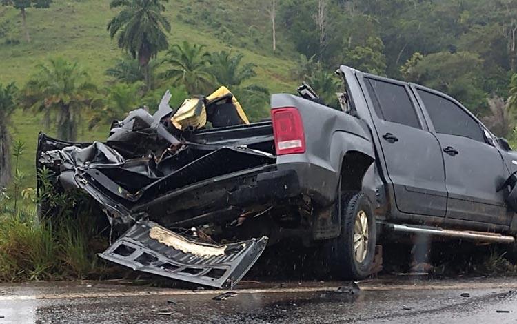 Batida entre caminhonete e carreta mata quatro pessoas em rodovia no sul baiano