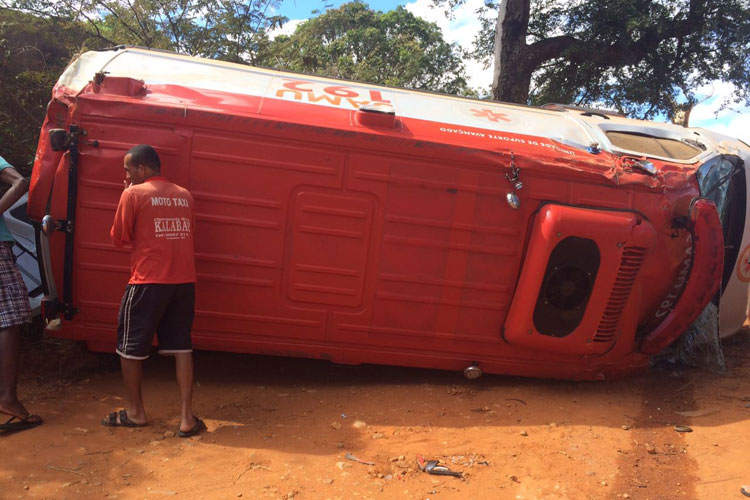 Ambulância do Samu tomba em estrada vicinal de Livramento de Nossa Senhora