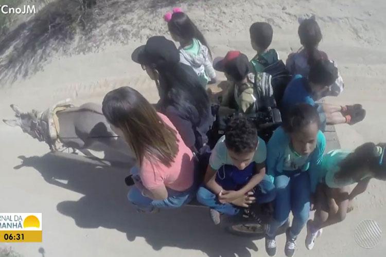 Crianças enfrentam insegurança em trajeto de carroça para chegar até escola no interior da Bahia