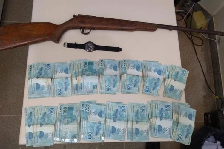 Paramirim: Polícia prende dois e recupera R$ 14 mil em dinheiro roubado
