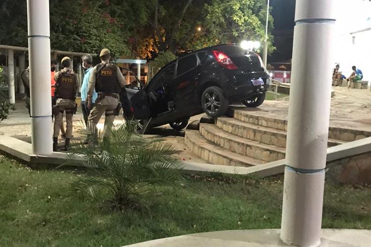 Brumado: Motorista perde controle e veículo vai parar em escadaria de parque infantil