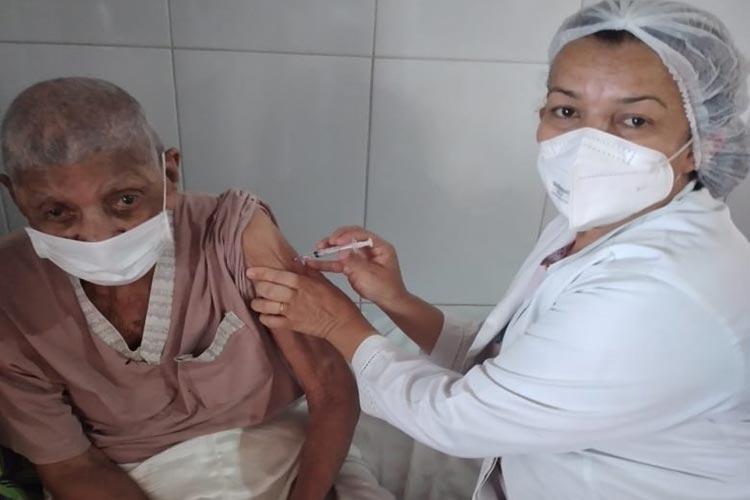 Idosos em lar permanente recebem primeira dose da vacina contra o coronavírus em Brumado
