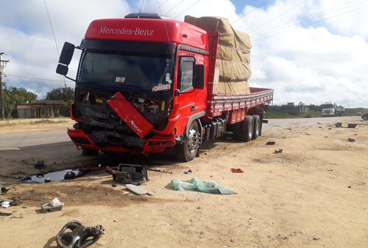 Batida entre carro e caminhão deixa quatro pessoas mortas em Conceição do Jacuípe