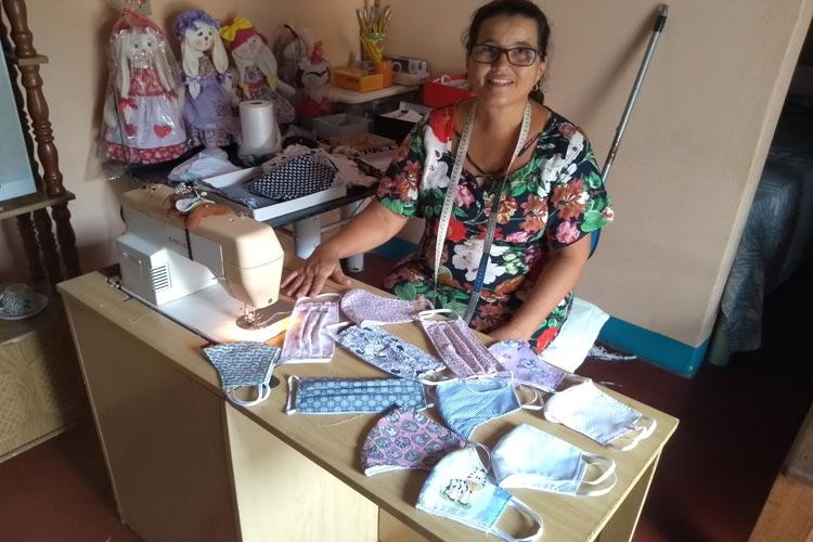 Máscaras artesanais ajudam a manter a renda de várias famílias em Brumado