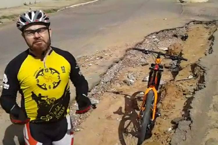Brumado: Usando campanha da TV Globo, ciclistas protestam contra buraco na Lindolpho de Brito