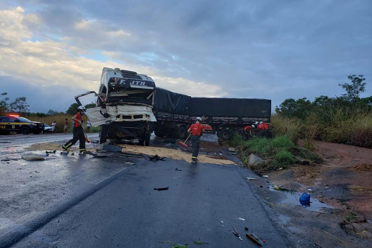 Dois caminhoneiros ficam feridos após batida entre carretas na BR-242 em Barreiras