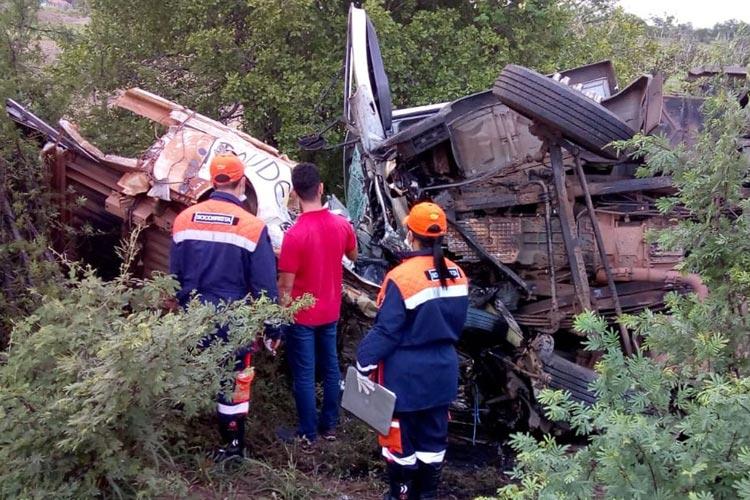 BR-324: Batida entre caminhão e carro funerário deixa mortos em Riachão do Jacuípe