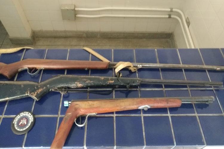 Indivíduo é preso por posse ilegal de armas de fogo no Distrito de Itaquaraí em Brumado
