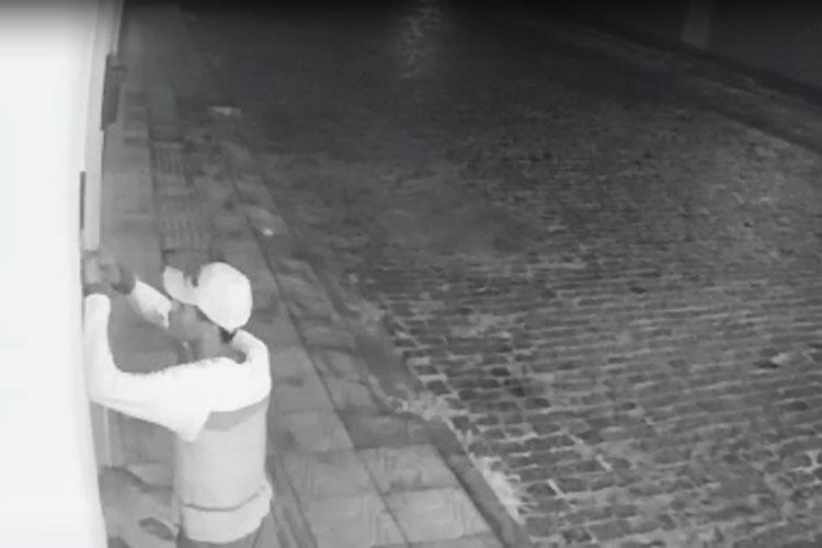 Câmeras de segurança flagram bandido tentando arrombar residência em Brumado