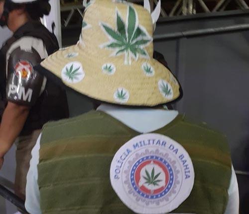 Homem é detido usando fantasia que mostrava maconha em brasão da PM