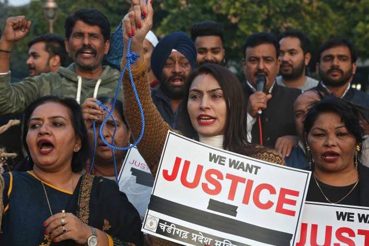 Mulher é queimada viva antes de testemunhar contra estupradores