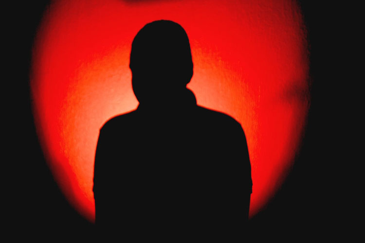 Mãe perde guarda de filho trancado para suposto ritual religioso