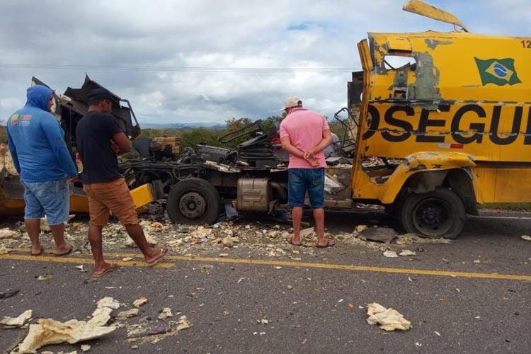Carro-forte parte ao meio após ser explodido em tentativa de assalto no norte da Bahia