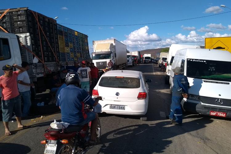 Caminhoneiros recebem suprimentos em apoio ao movimento de paralisação em Brumado