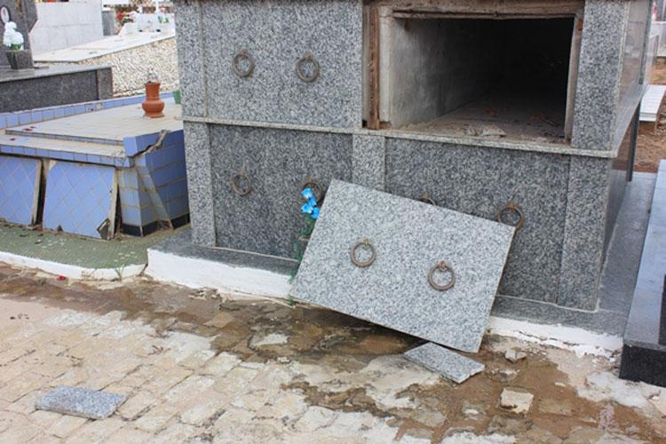 Túmulos são violados no cemitério de Livramento de Nossa Senhora