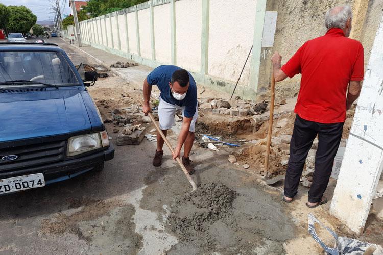 Brumado: Vereador ajuda populares a consertar esgoto e cobra entendimento entre prefeito e Embasa