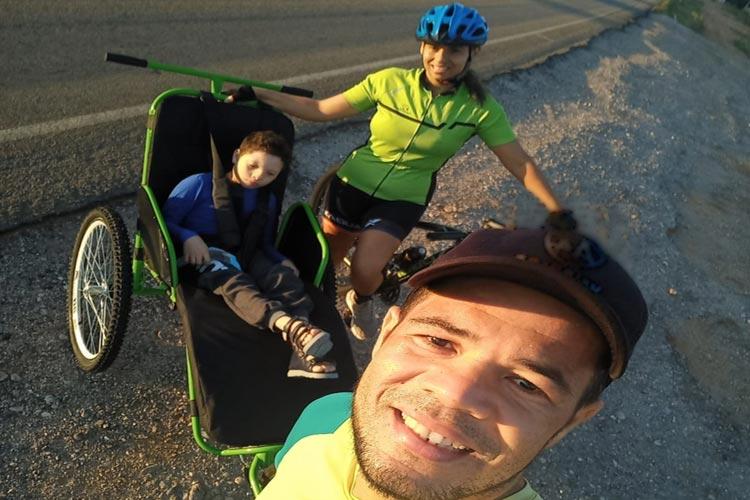 Brumado: Casal de atletas é contemplado em sorteio nacional com triciclo para filho com síndrome Cri-du-chat