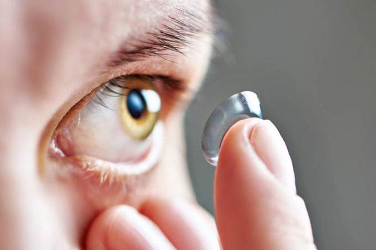 Infecção causada por lente de contato pode levar à cegueira