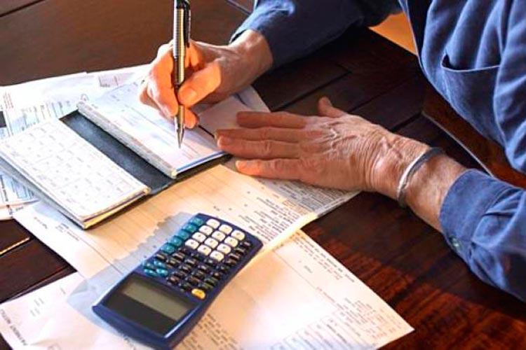 Juros do cheque especial caem para 165,6% ao ano, diz Banco Central