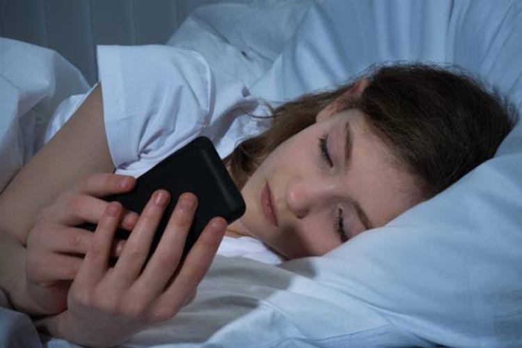 Celular antes de dormir altera níveis de açúcar no sangue, mostra pesquisa