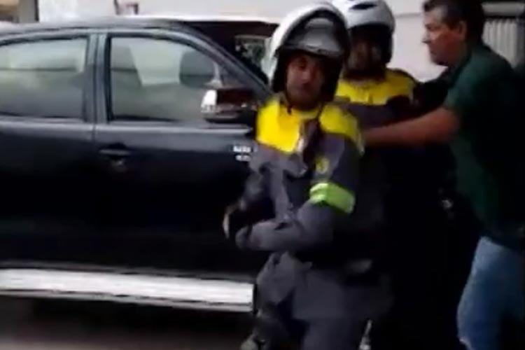 Vitória da Conquista: Homens agridem agentes de trânsito após notificação por estacionar em local proibido