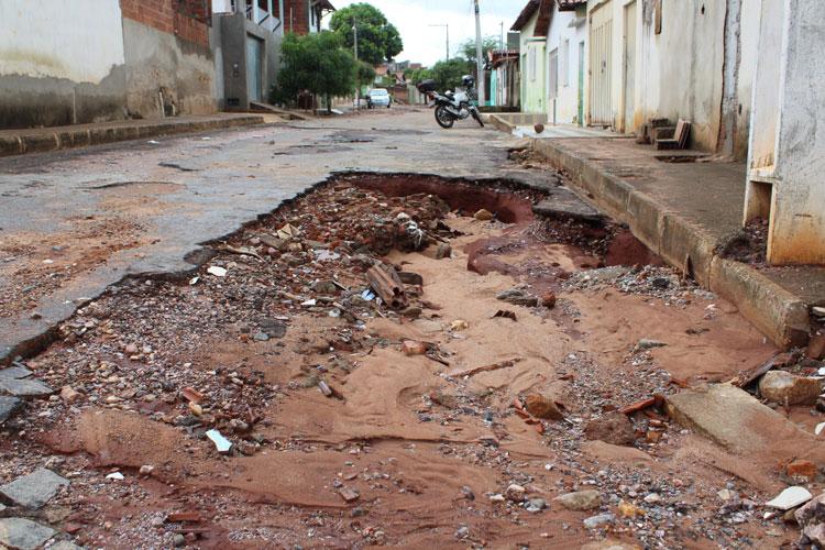 Brumado: Pavimentação rejuntada com areia e bueiro entupido geram transtornos no Olhos D'água