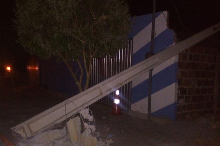 Brumado: Caçamba atinge poste no meio da rua e causa blecaute na Vila Presidente Vargas