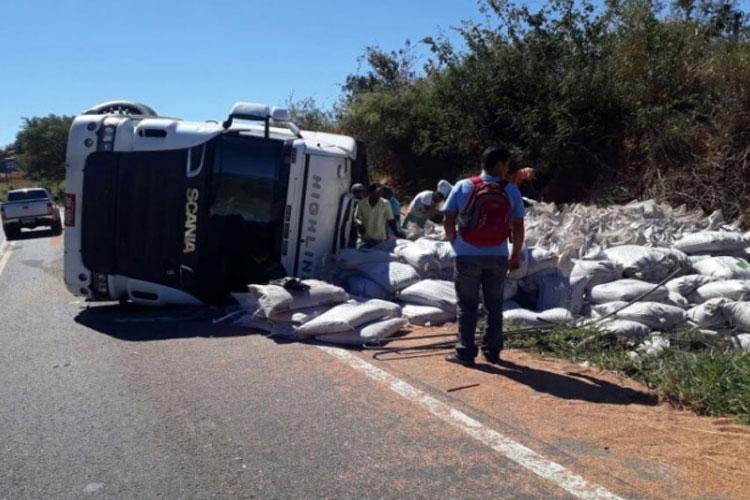Caetité: Motorista cochila ao volante e carreta tomba na BR-030
