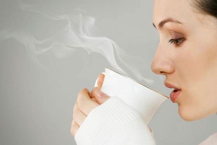 Beber chá muito quente aumenta risco de câncer, alerta estudo