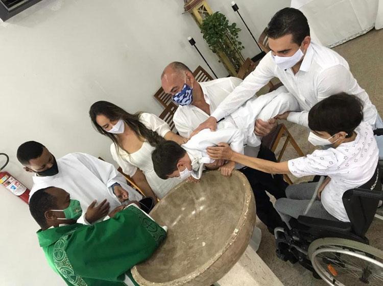Garoto viraliza nas redes sociais após dar 'sermão' em diácono durante batizado em Conquista
