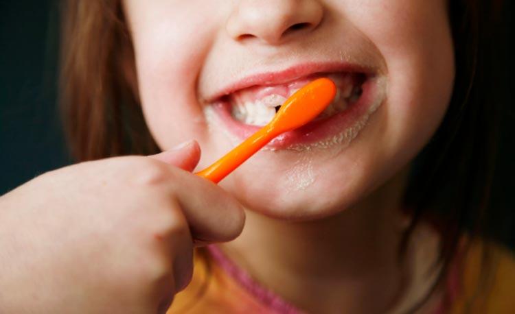 Garota de 5 anos perfura garganta pulando na cama enquanto escovava os dentes
