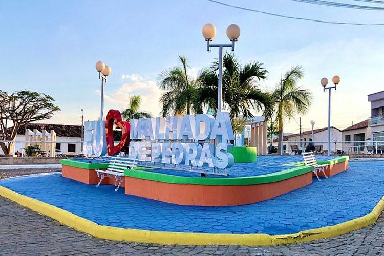 Com apoio da população, prefeitura instala letreiro 'Eu amo Malhada de Pedras' em praça