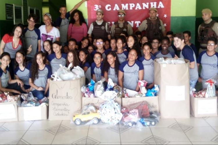 Policiais e alunos distribuem alimentos e brinquedos para famílias carentes da cidade de Ituaçu