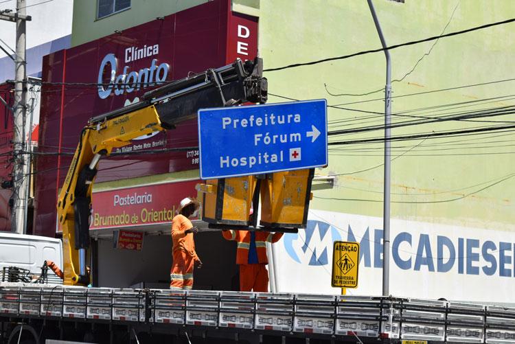 DNIT realiza renovação de placas guias no centro de Brumado
