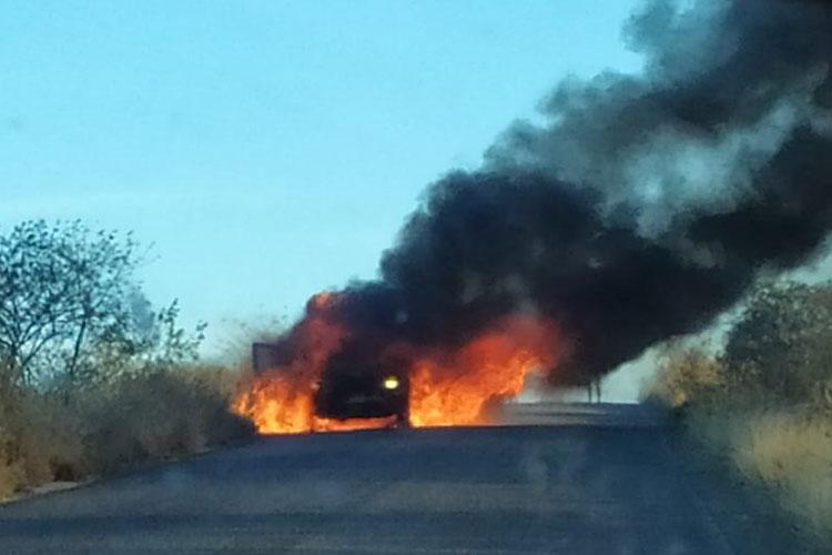 BA-142: Carro pega fogo na entrada do distrito de Sussuarana em Tanhaçu