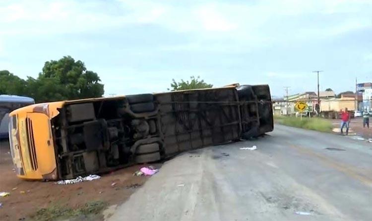Quatro pessoas morrem e mais de 20 ficam feridas após ônibus tombar em rodovia do oeste da Bahia
