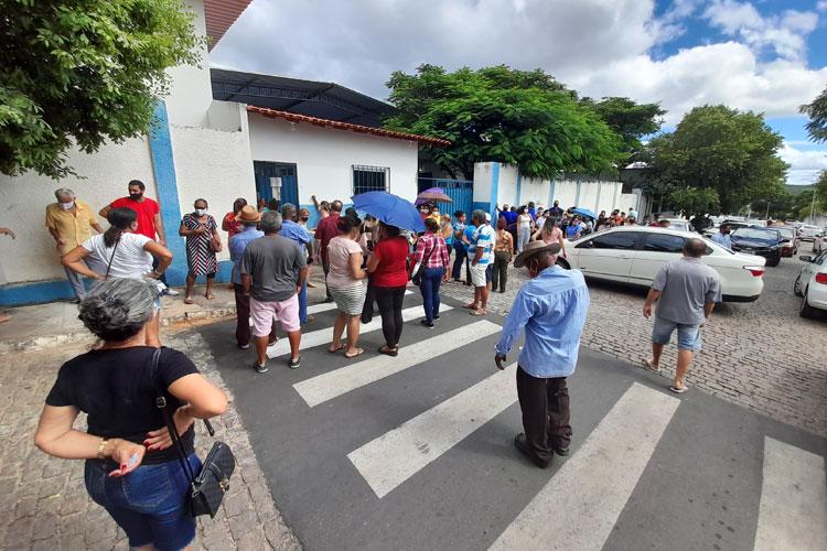 Aglomeração com muita reclamação na fila para vacinação contra a Covid-19 em Brumado