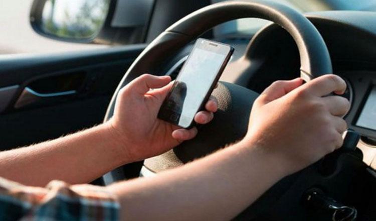 Um em cada 5 admite usar celular ao dirigir no Brasil, diz pesquisa