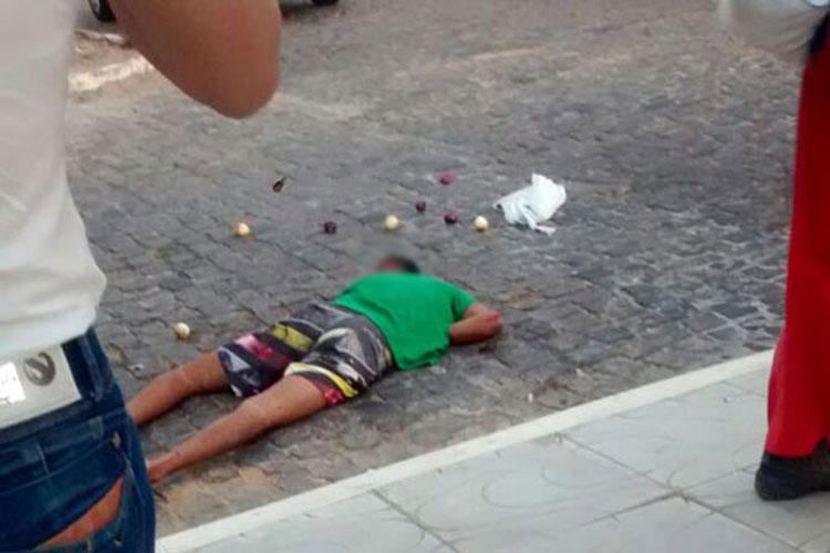Homem tenta arremessar drogas para presos, foge da polícia e colide motocicleta em Brumado
