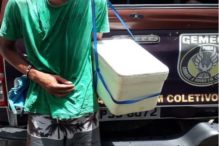 Jovem é preso em ônibus com arma dentro de isopor após se passar por vendedor