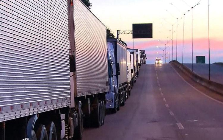 Caminhoneiros fazem protesto contra alta dos combustíveis