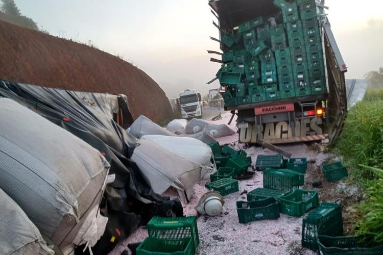 Acidente com três caminhões deixa BR-101 interditada entre Eunápolis e Itabela