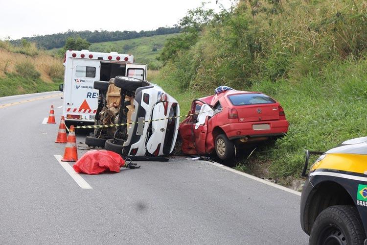 Batida frontal entre dois carros deixa 4 mortos e uma pessoa ferida na BR-116 em Jequié