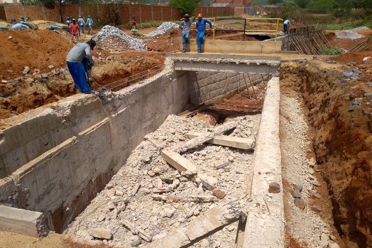 Brumado: Ponte construída sobre canal de riacho é demolida para reconstrução antes da inauguração
